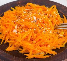 Pikantiškos morkų salotos su feta ir mėtomis