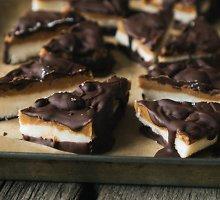 Kokoso, riešutų sviesto ir šokolado batonėliai