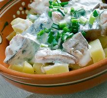 Lenkiškos silkių ir bulvių salotos