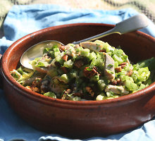 Vištienos salotos su riešutais ir razinomis