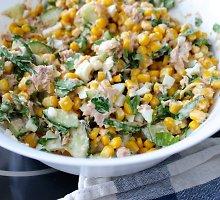 Tuno salotos su kukurūzais
