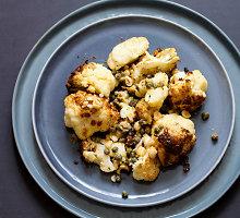 Lengvos kepto kalafioro salotos su pistacijomis ir žolelėmis