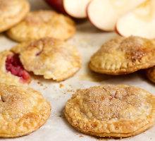 Sluoksniuotos tešlos pyragėliai su obuoliais ir karamele