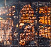 Marinuoti kiaulienos šonkauliukai su mėtų padažu