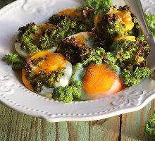 Su lapiniais kopūstais (kale) ir pomidorais kepti kiaušiniai