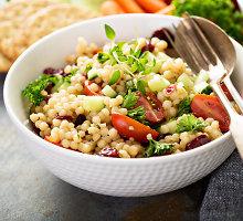 Šaltas, sotus patiekalas – perlinis kuskusas su pomidoriukais ir alyvuogėmis