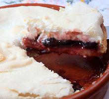 Slyvų pyragas su morengine karūna