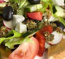 Salotos su feta ir česnakiniais skrebučiais