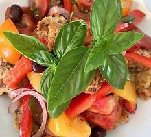 """Gaivios itališkos daržovių ir duonos salotos """"panzanella"""""""