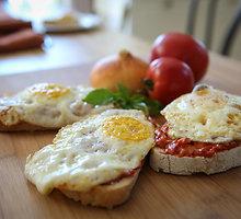Itališki pusryčių skrebučiai su pomidorų tyre