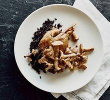 """Antienos kulšelės """"confit"""" su juodaisias ryžiais ir voveraičių padažu"""