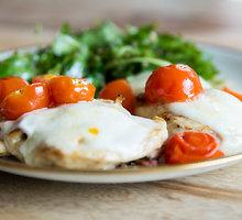 Vištos krūtinėlių kepsniai su pomidoriukais ir sūriais