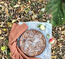 Obuolių pyragas su šildančiais meduolių prieskoniais