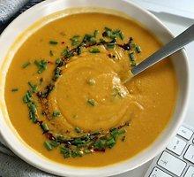 Šildanti veganiška lęšių, žirnių ir saldžiųjų bulvių sriuba