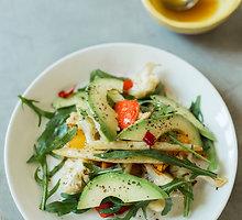 Keptų daržovių salotos su avokadu ir apelsininiu padažu