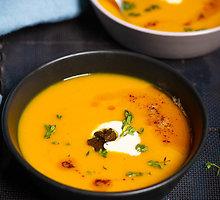 Prancūziška keptų moliūgų sriuba su degintu sviestu ir trumais