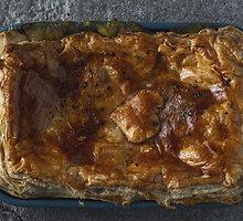 Sluoksniuotos tešlos pyragas su vištiena ir pievagrybiais
