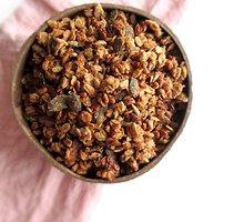 Veganiška granola su datulių ir migdolų riešutų sviesto kremu