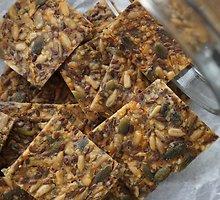 Sūrūs įvairių sėklų krekeriai su morkomis be glitimo