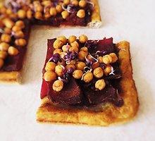 Veganiškas nesaldus pyragas su burokėliais ir avinžirniais