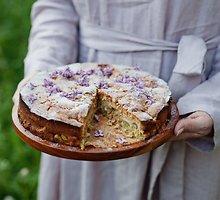Minkštas rabarbarų pyragas su trupinių kepure