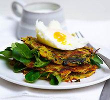 Traškūs bulvių skrebučiai ir be lukštų virtas kiaušinis su krienų padažu
