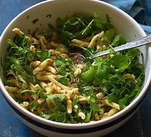 Makaronų ir tuno salotos, tinkančios ir vakarienei, ir iškylai