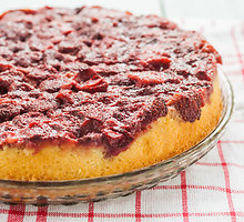 Apverstas vyšnių pyragas