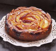 Minkštas ir kvapnus pyragas su avietėmis ir persikais