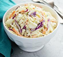 Dviejų spalvų kopūstų salotos su majoneziniu padažu