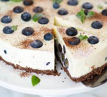 """Nekeptas tortas """"Stracciatella"""" su šilauogėmis ir baltuoju šokoladu"""