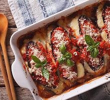 Sūriu ir mėsa įdaryti baklažanai pomidorų pataluose