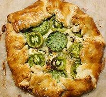 Galetė su žaliais pomidoras ir ožkos pieno sūriu