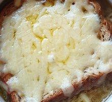 Svogūnų sriuba su alumi ir čederio sūriu