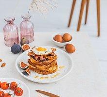 Amerikietiški skrebučiai su šonine ir kiaušiniu pusryčiams