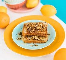 Prancūziškas skrebutis su riešutų sviestu ir bananais