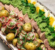 """Jaučio liežuvis su """"Salsa Verde"""" padažu ir bulvių salotomis"""