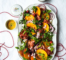 Gurmaniškos salotos su persimonais, kumpiu ir ožkos pieno sūriu