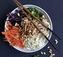 Traškios kiniškos salotos su vištiena