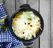 Kopūstų salotos su obuoliais ir džiovintomis spanguolėmis