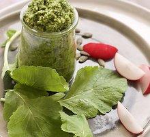 Ridikų lapų ir moliūgų sėklų pesto padažas