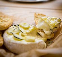 Baltojo pelėsinio sūrio užkandis