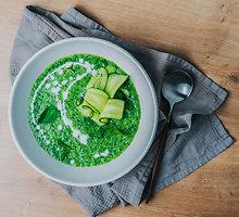 Šalta agurkų sriuba su mėtomis ir jogurtu