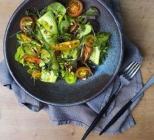Žaliosios pomidorų ir agurkų salotos su kedro riešutais