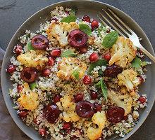 Kalafiorų salotos su keptomis trešnėmis
