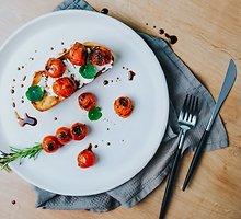 Brusketa su kepintais pomidoriukais, rikotos sūriu ir balzamiko padažu