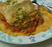 Cukinijų-vištienos kepsneliai su pomidorų padažu