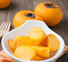 Greitas jogurto ir persimonų desertas su pistacijomis