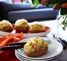 Pomidorais ir žalumynais įdarytos bulvės