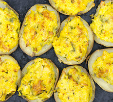 Įdarytos bulvės su gražgarstėmis ir graikiniais riešutais